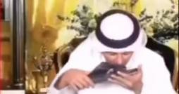 في لقطة حيّة لعشق العبوديّة : صحافي إمارتي يقبّل حذاء بن زايد على الهواء