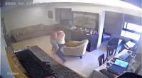 فيديو| مشهد يدمي القلوب.. أب يحاول حماية ابنه لحظة وقوع انفجار بيروت
