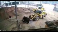 بالفيديو : سائق جرافة يدفن مديرة المشروع حيّة